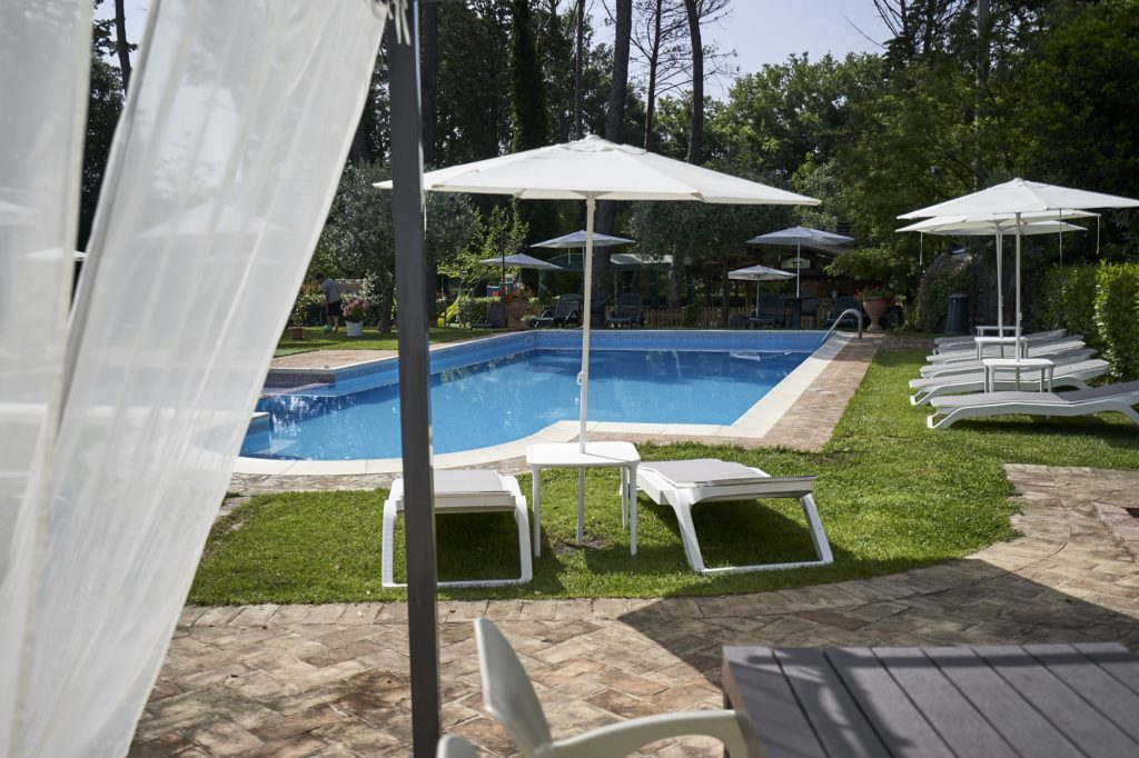 Bordo piscina con lettini